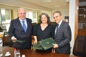 O presidente da Enap, Francisco Gaetani, a diretora da Flacso, Salete Valesan Camba, e o embaixador João Almino assinam acordo. Foto: Robson carvalho / Enap
